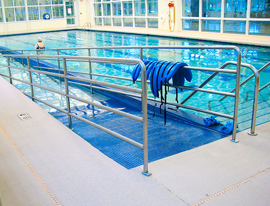 therapy pool with safety ramp